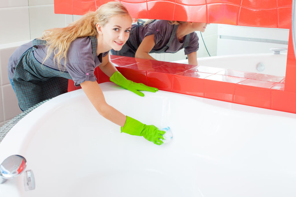 Девушка чистит ванну жидким акрилом