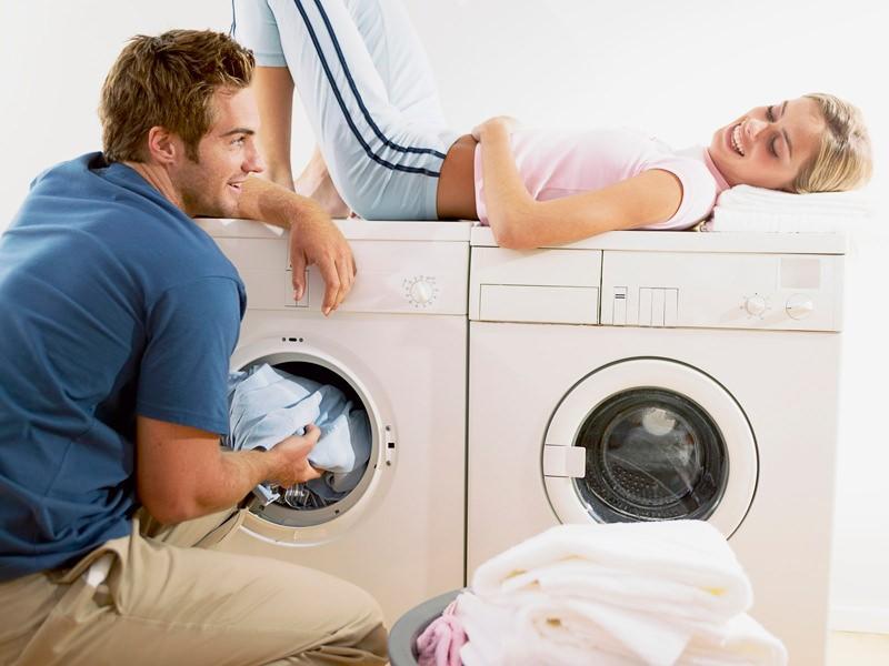 Мужчина и женщина возле стиральной машины