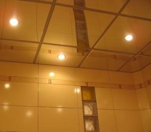 Потолок из плиток в ванной