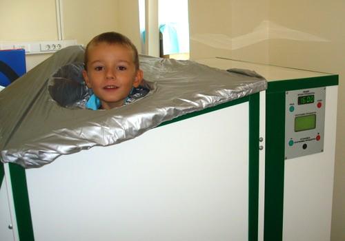 Ребенок принимает углекислую ванну