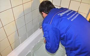 Установка керамического бордюра в ванной