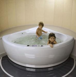 Дети в угловой гидромассажной ванне