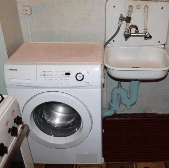 подключенная стиральная машина