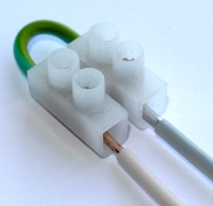 провода, соединенные в клеммной колодке