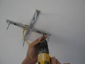установка планки на потолок
