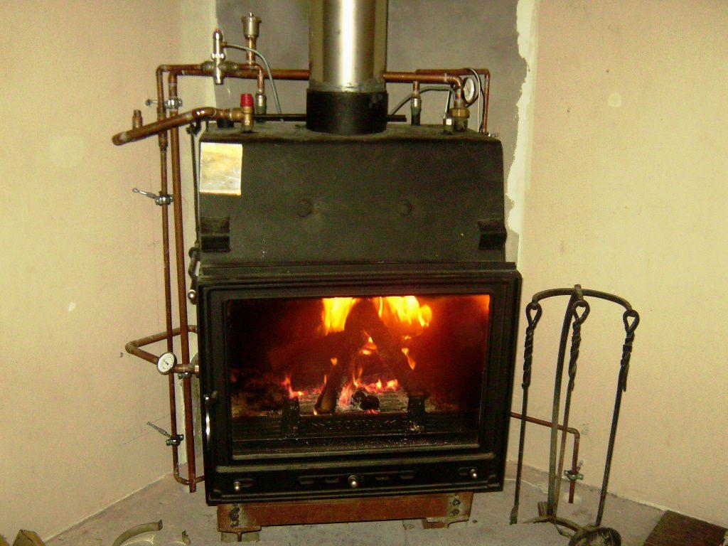 Установка камина с водяным контуром отопления