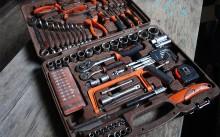 Набор инструментов на столе