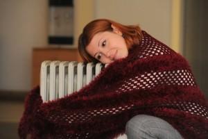 Женщина обнимает радиатор