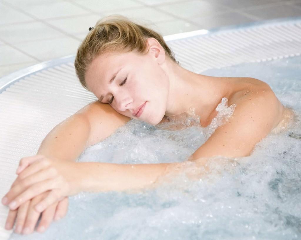 Девушка спит в радоновой ванне