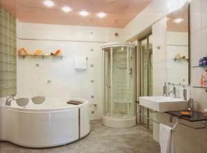 Душевая кабина в большой ванной комнате