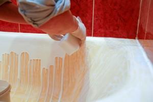 Использование жидкого акрила как эффективное средство для чистки ванны