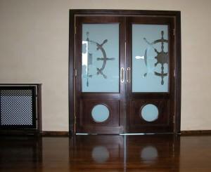Распашная дверь для ванной комнаты