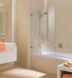 Распашная стеклянная шторка для ванной