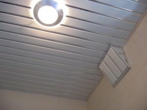 Виды и монтаж реечных потолков в ванной комнате