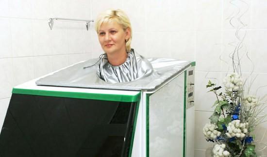 Женщина принимает углекислую ванну
