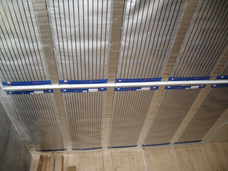 потолок, обделанный ПЛЭН отоплением