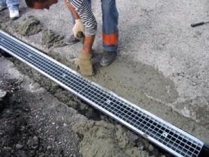 укладка бетонного водоотводного лотка