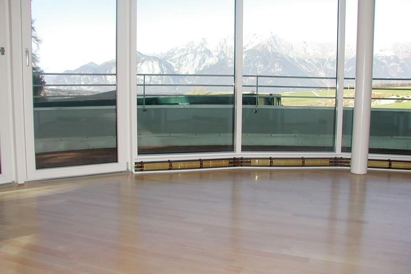 помещение с большими окнами и теплым плинтусом