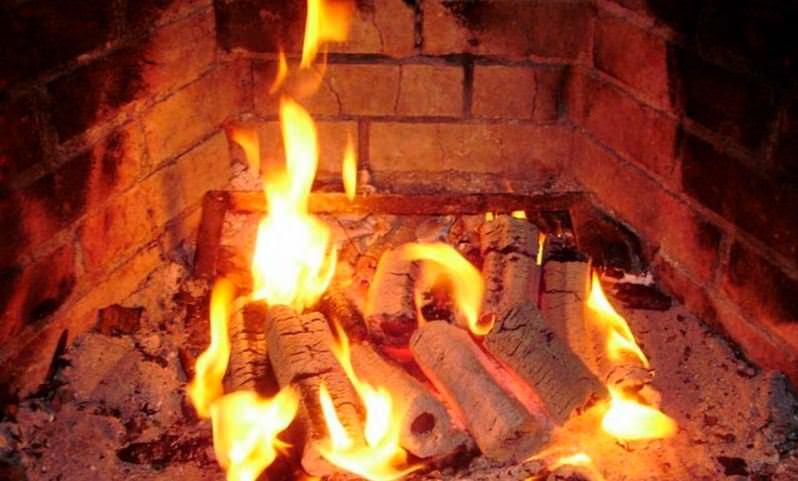 Догорающие брикеты в печи