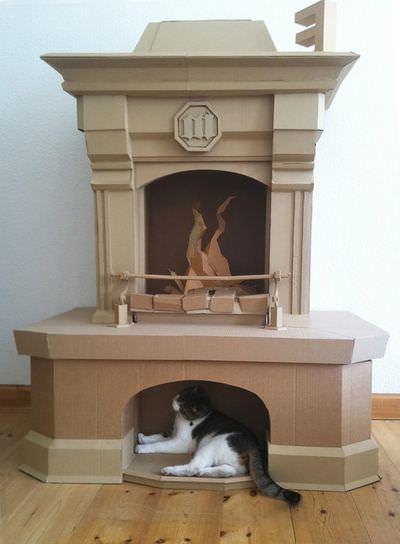 Камин из картона и кошка