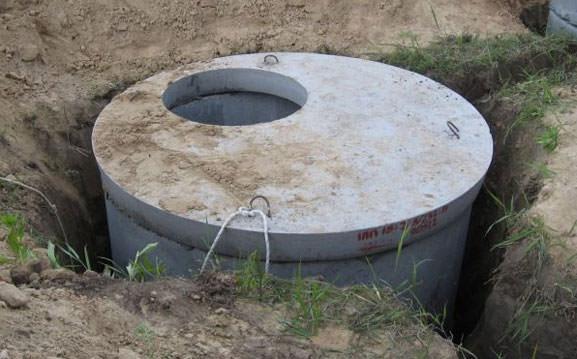 Установленный канализационный колодец