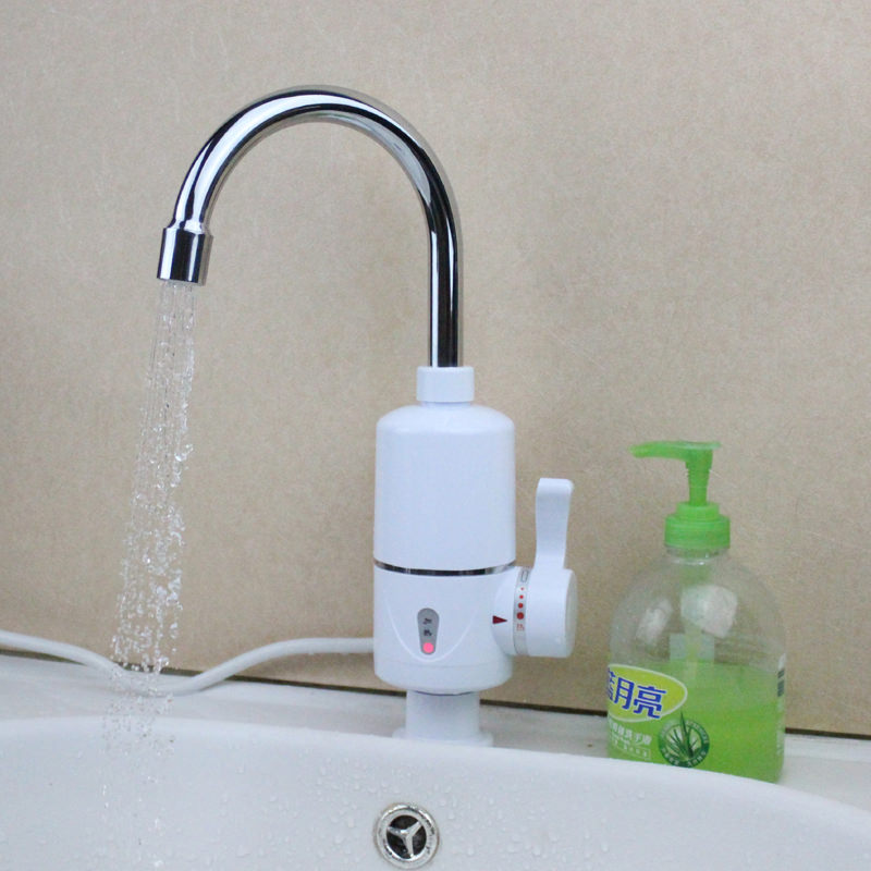 Установленный проточный нагреватель воды