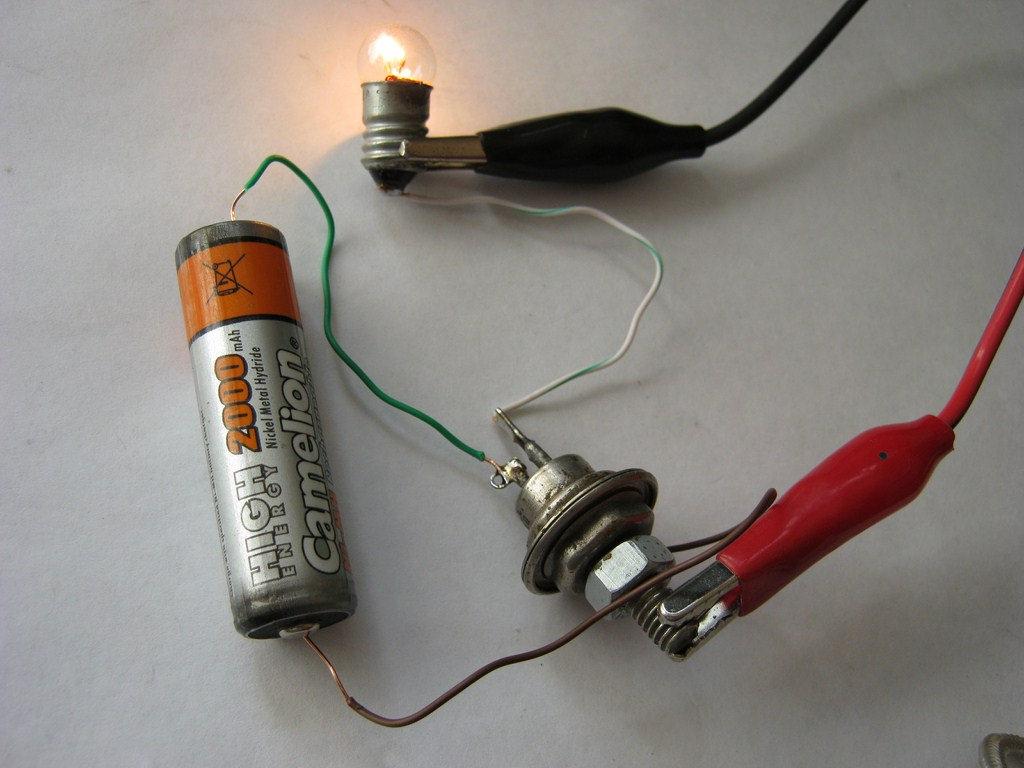 Проверка тимистроа с помощью лампочки и батарейки