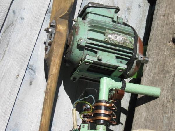 Внешний вид простейшего ветрогенератора с применением асинхронного двигателя